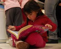 Nina-leyendo-libro_MUJIMA20110701_0017_30