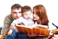 padres-leyendo-un-libro-con-su-ni-o-bonito copy