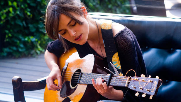 kjeira-knightley-begin-again-guitar